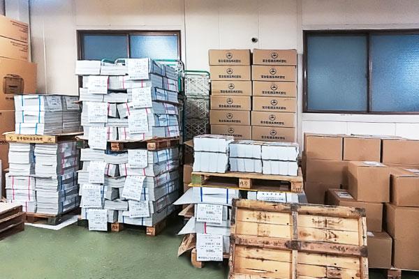 倉庫でしっかりと管理されたチラシやDMなどの配布物